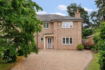 4 Bedroom house Under Offer, Ferndown Gardens, Cobham, KT11