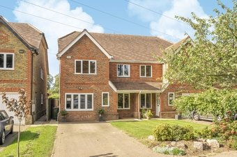 4 Bedroom house For Sale, Loriners Close, Cobham, KT11