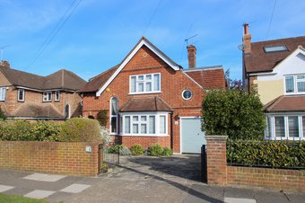 4 Bedroom house For Sale, Southwood Gardens, Hinchley Wood, KT10