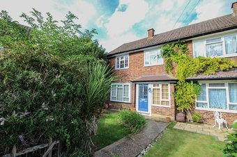 3 Bedroom house To Let, The Roundway, KT10