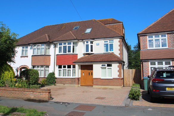 Similar Properties Eastmont Road, Hinchley WoodGrosvenor Billinghurst