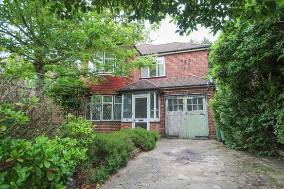 Similar Properties Medina Avenue, Hinchley WoodGrosvenor Billinghurst