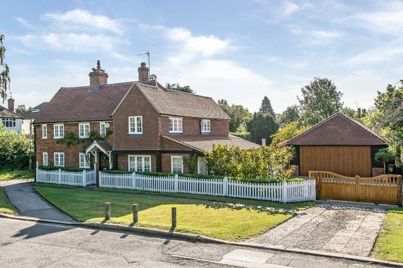 Similar Properties Tilt Road, CobhamGrosvenor Billinghurst