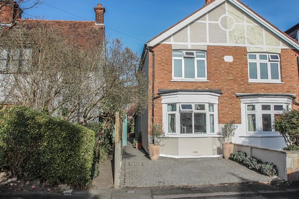 Similar Properties Vale Road, ClaygateGrosvenor Billinghurst