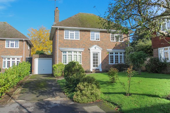 Similar Properties Woodlands Close, ClaygateGrosvenor Billinghurst